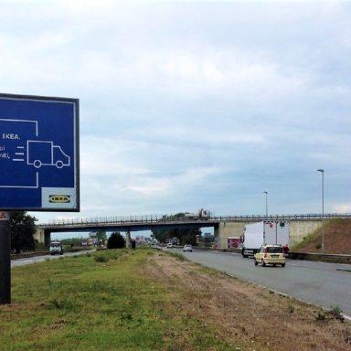 Cartello pubblicitario 4x3 Ikea a Prato con messaggio sul servizio