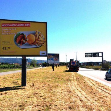 Cartello pubblicitario 4x3 Ikea a Prato con nuovo messaggio su Permoranea