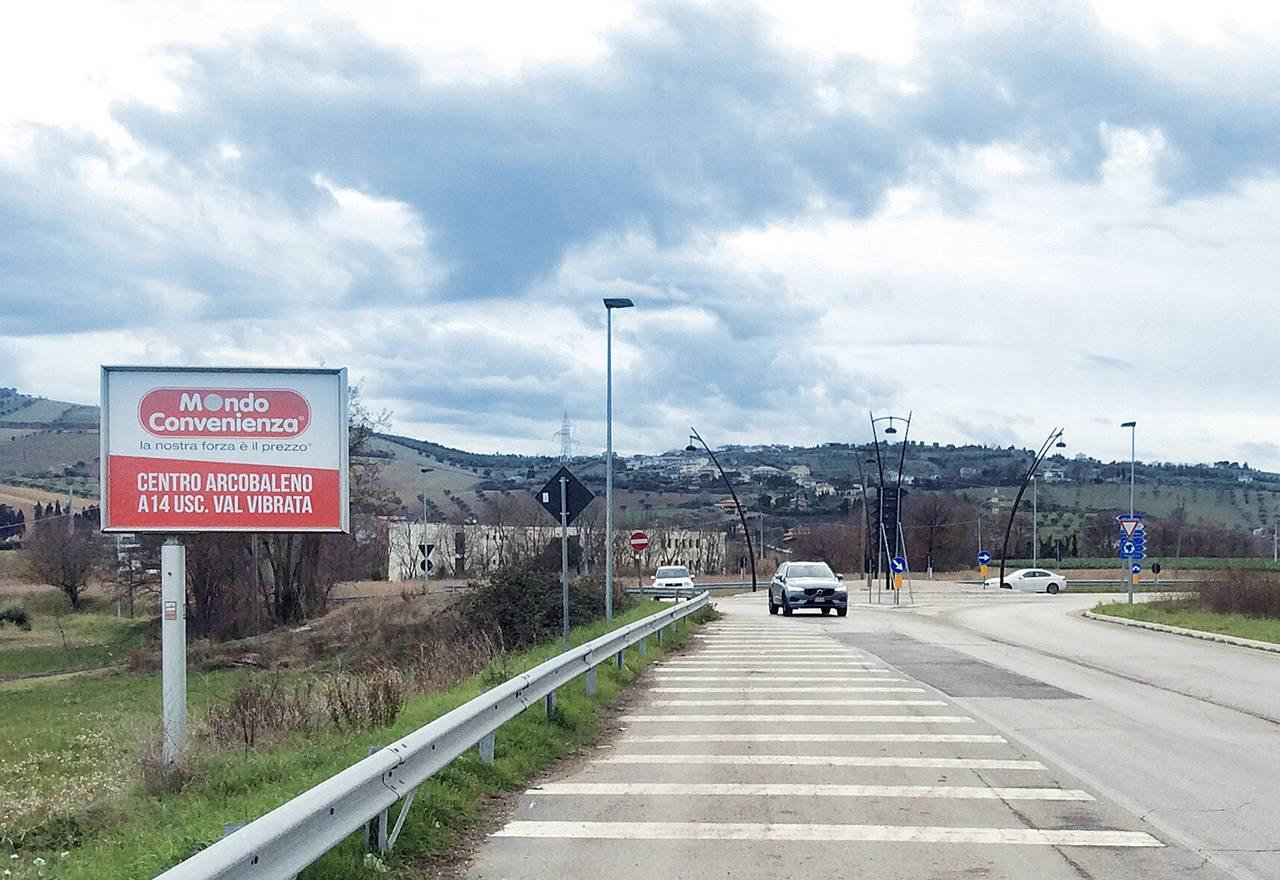 Cartello pubblicitario su strada a Corropoli