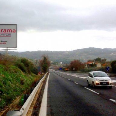 Cartello pubblicitario sulla Orte-Terni direzione Spoleto