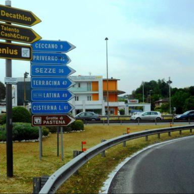 Frecce segnaletiche uscita casello autostrada Frosinone