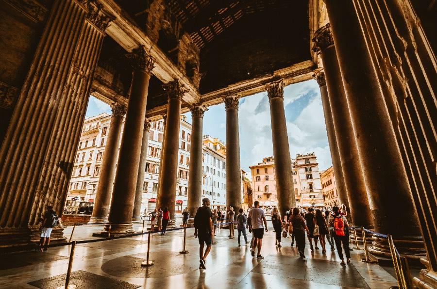 Pubblicità su strada d'estate in Italia